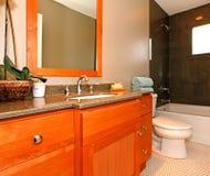 有樱桃机柜和大理石木盆的卫生间 免版税图库摄影