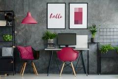有樱桃椅子的家庭办公室 库存照片