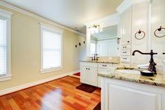 有樱桃硬木的豪华大空白主要卫生间。 免版税库存图片