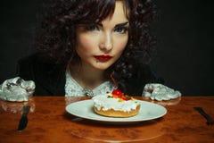 有樱桃花梢蛋糕的女孩 免版税库存照片