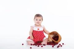 有樱桃莓果篮子的小女孩  免版税库存照片