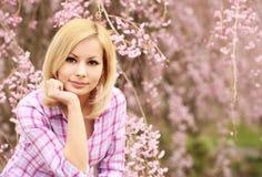 有樱花的女孩 美丽的妇女年轻人 免版税库存图片
