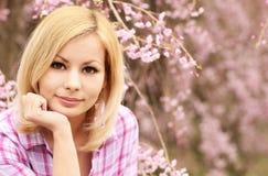 有樱花的女孩 美丽的白肤金发的妇女年轻人 免版税图库摄影