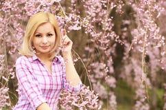 有樱花的女孩 美丽的金发碧眼的女人 免版税库存图片