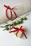 有橄榄树枝和一块毛巾的手工制造橄榄色的肥皂,作为礼物。 免版税图库摄影