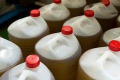 有橄榄油的塑料瓶 库存照片