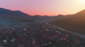 有橄榄球场的美丽如画的山镇在河 股票录像