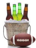 有橄榄球的啤酒桶 库存图片
