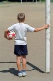 有橄榄球的男孩 免版税库存照片