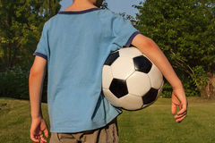 有橄榄球的男孩 免版税库存图片