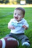 有橄榄球的逗人喜爱的婴孩 免版税库存图片