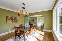 有橄榄色的口气墙壁的餐厅 免版税库存照片