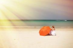 有橙色伞的女孩 免版税库存图片