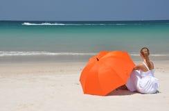 有橙色伞的女孩 免版税库存照片