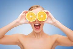 有橙色切片的惊奇少妇 免版税库存图片