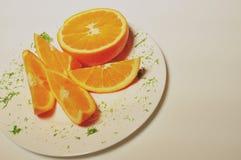 有橙色切片的白色板材 库存照片