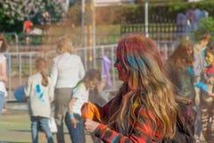 有橙色口袋的女孩 颜色Holi海湾节日在市切博克萨雷,楚瓦什人共和国,俄罗斯 06/01/2016 库存图片