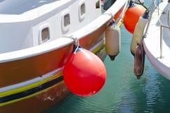 有橙色和白色浮体的两条小船 免版税库存图片
