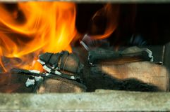 有橙色和黄色火焰的灼烧的森林在选择聚焦的火炉关闭 免版税库存照片