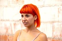 有橙色头发的滑稽的少妇 免版税库存图片