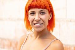 有橙色头发的滑稽的少妇 免版税库存照片