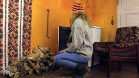 有橙色帽子的女孩带来木头 库存图片
