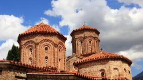 有橙色瓦屋顶的老教会 免版税库存照片