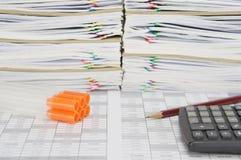 有橙色盖帽和铅笔的标本管在财务帐户 库存图片