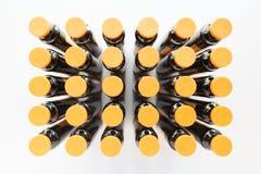 有橙色盖帽垂直的广角射击的30个医学细颈瓶 库存图片