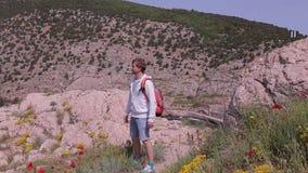 有橙色背包的一个旅客走山 影视素材