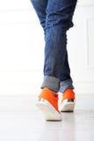 有橙色鞋子的女孩 库存照片