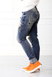 有橙色鞋子的女孩 免版税库存照片