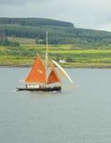 有橙色风帆的风船在声音仔细考虑,苏格兰,英国 库存图片