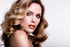 有橙色嘴唇的美丽的女孩 免版税库存图片