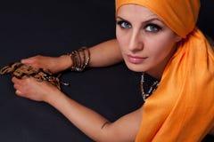 有橙色skarf的少妇 图库摄影