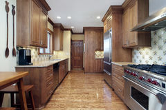 有橡木细木家具的厨房 免版税库存照片