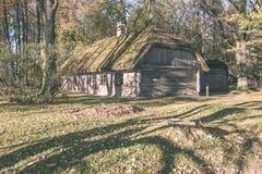 有橡树的乡间别墅-葡萄酒作用 免版税图库摄影