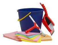 有橡皮刮板、桶、刷子、铁锹和旧布的大扫除设备 免版税库存照片