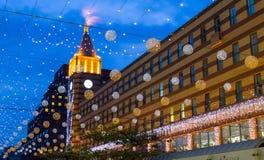 有欢乐照明的一条美丽的大道,装饰用灯笼和球在晚上,德聂伯级市,乌克兰 免版税库存照片