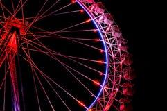 有欢乐红色照明的大弗累斯大转轮反对夜空 免版税库存照片