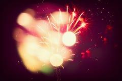 有欢乐bokeh的五颜六色的假日或党烟花在黑天空背景新年 库存照片