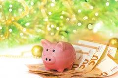 有欧元的存钱罐在新年背景 免版税库存照片