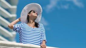 有欧洲的妇女享受在现代旅馆阳台的假期阳光  影视素材