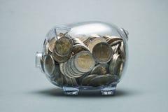 有欧洲硬币的充分的存钱罐 免版税图库摄影