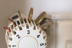 有欧洲硬币的幅射器温箱 保存加热成本概念 库存图片