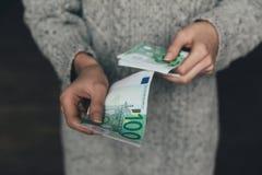 有欧洲钞票的妇女 免版税库存图片