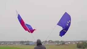 有欧盟的旗子的国家的人和俄罗斯环境美化 友谊的概念和 股票录像