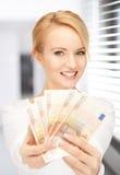 有欧洲现金金钱的可爱的妇女 免版税库存照片