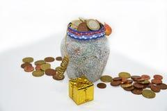 有欧洲硬币的圣诞节罐 库存照片
