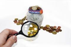 有欧洲硬币的圣诞节罐 免版税库存照片